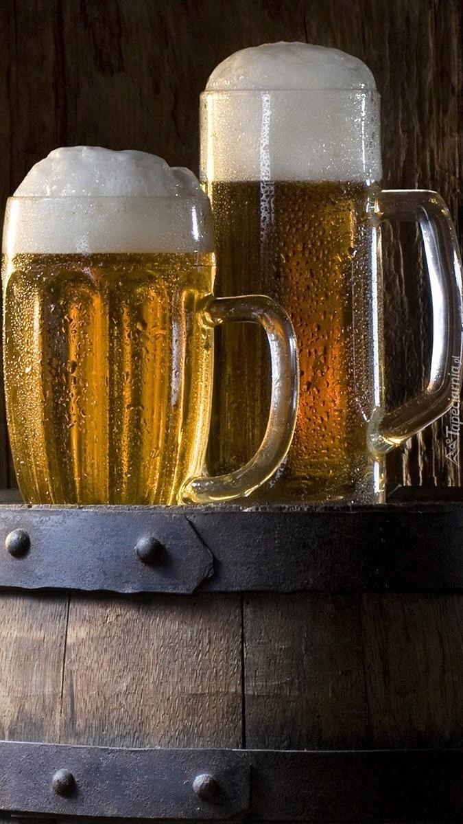 Kufle piwa na beczce