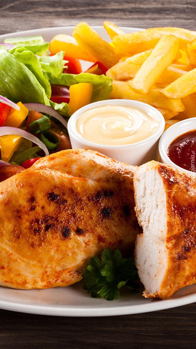 Kurczak z frytkami i sosami