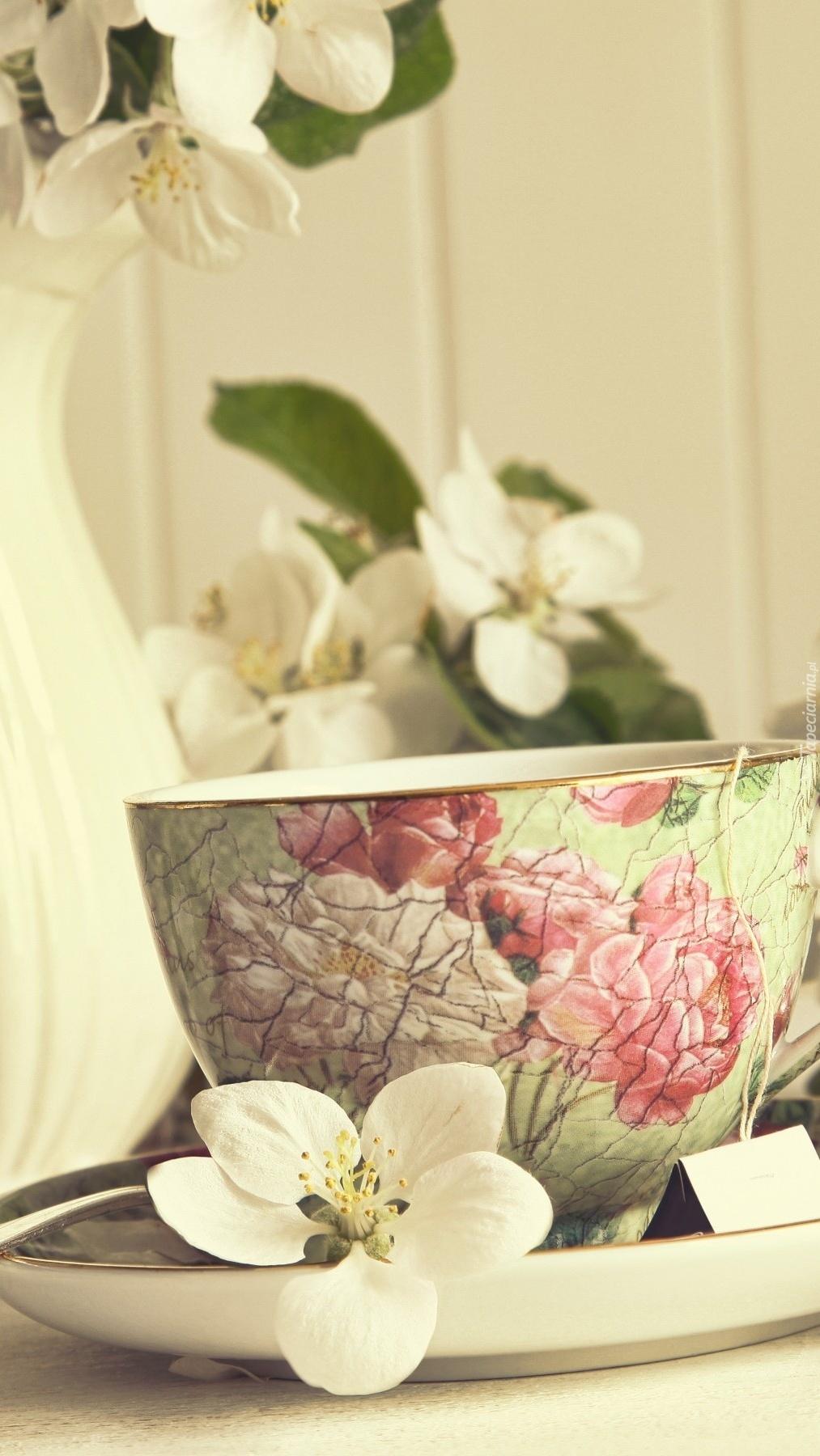 Kwiaty jaśminu przy filiżance herbaty