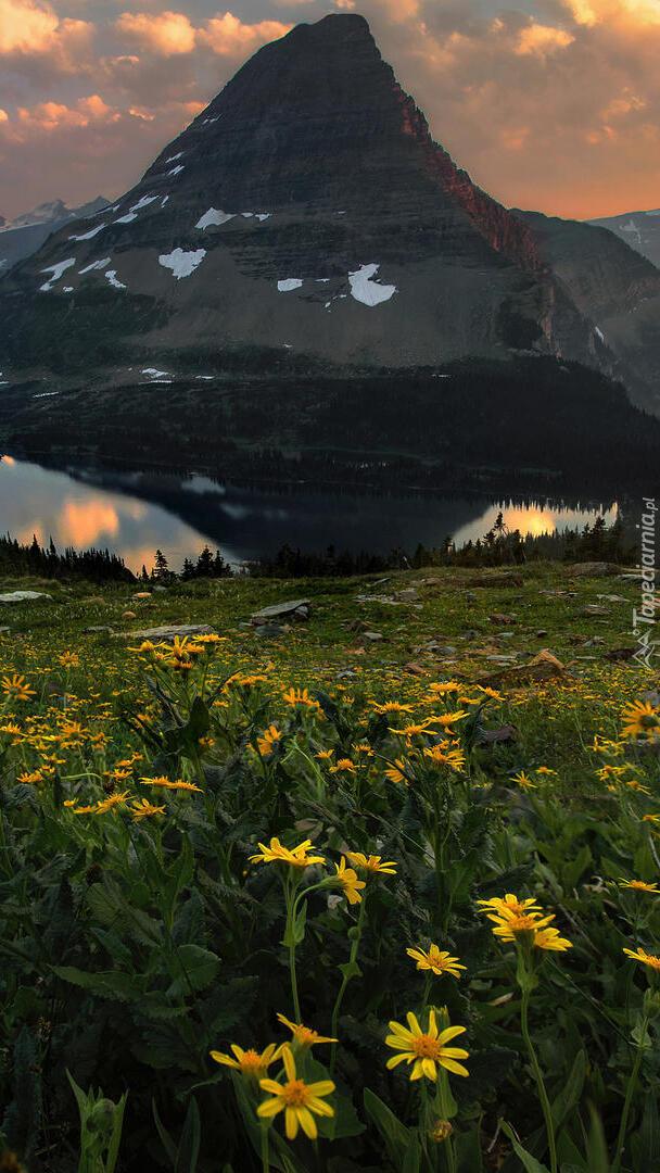 Łąka na tle góry i jezior