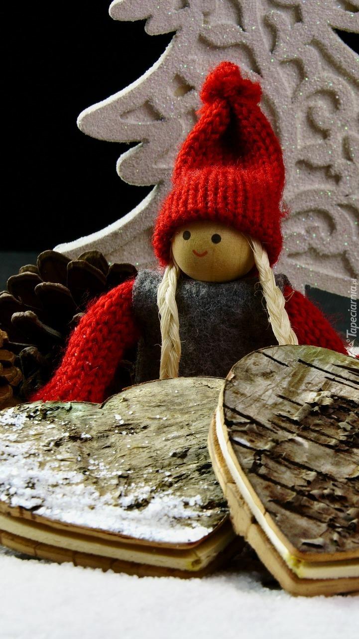Laleczka przy drewnianych sercach