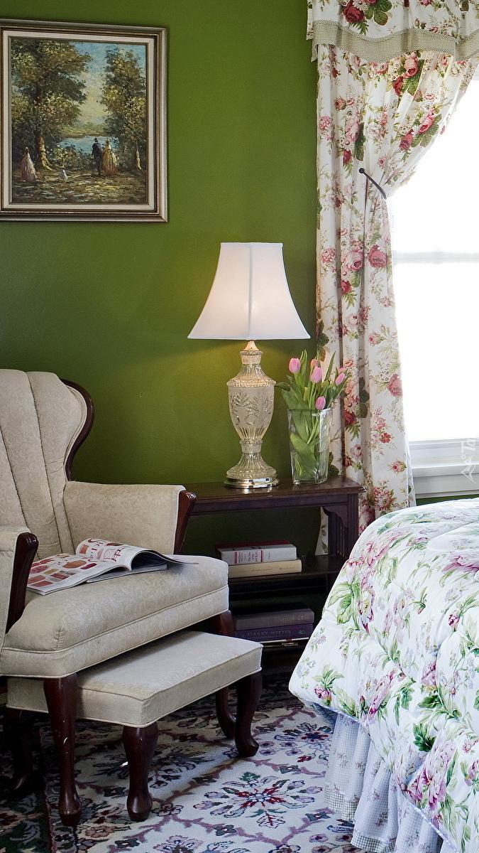 Lampa obok fotela w sypialni