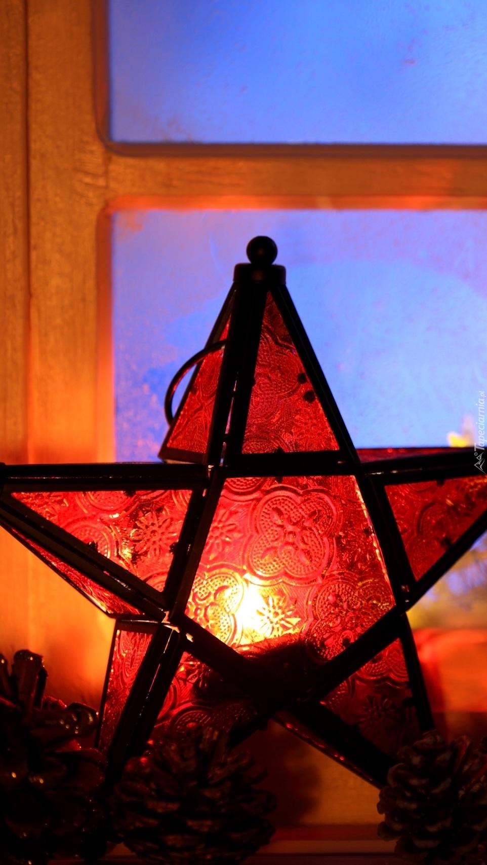 Lampion w oknie