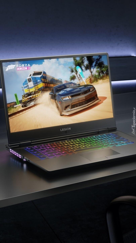 Laptop na stoliku