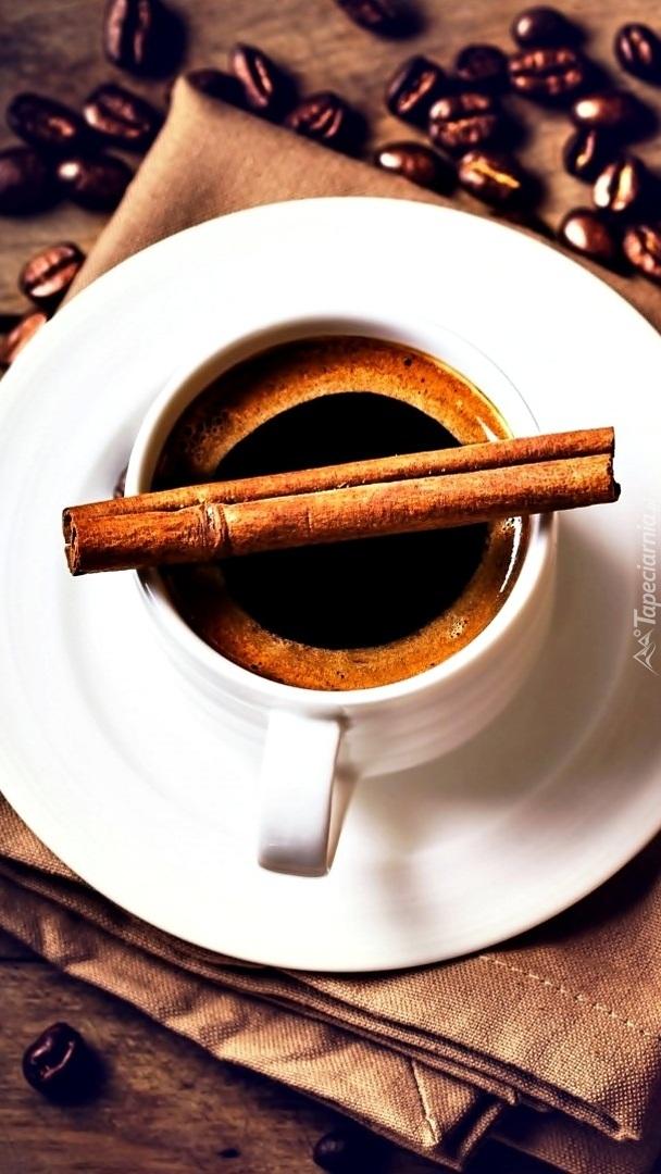 Laski cynamonu położone na filiżance z kawą