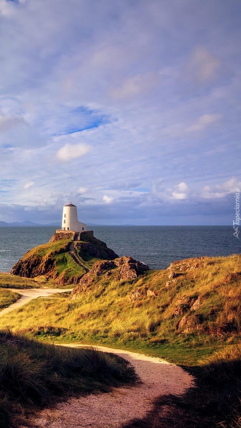 Latarnia morska na walijskiej wyspie.