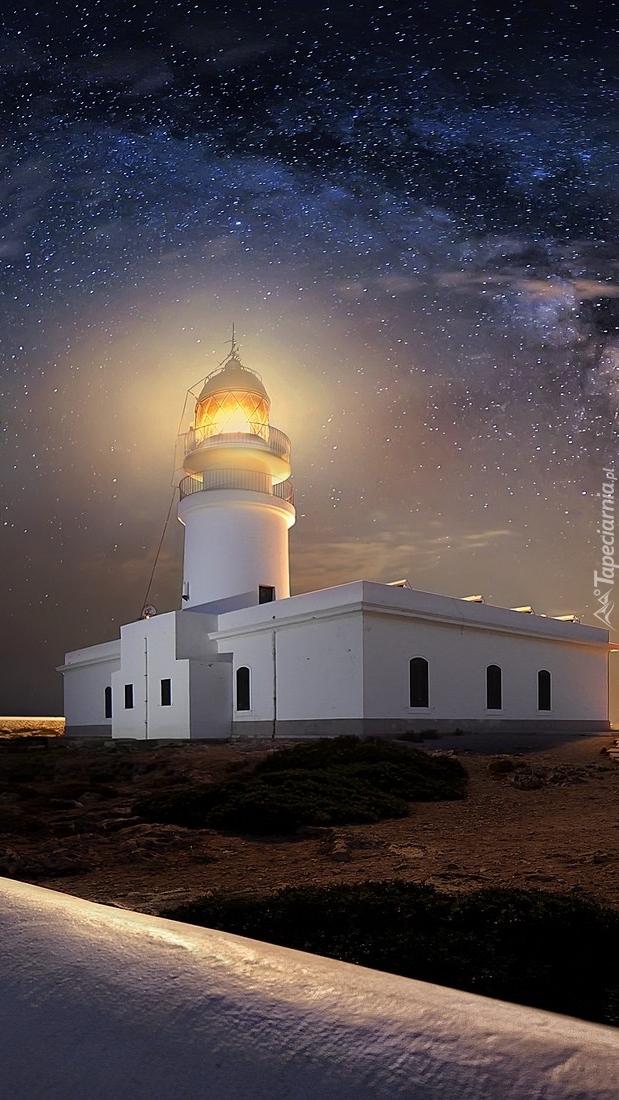 Latarnia morska na wybrzeżu nocą