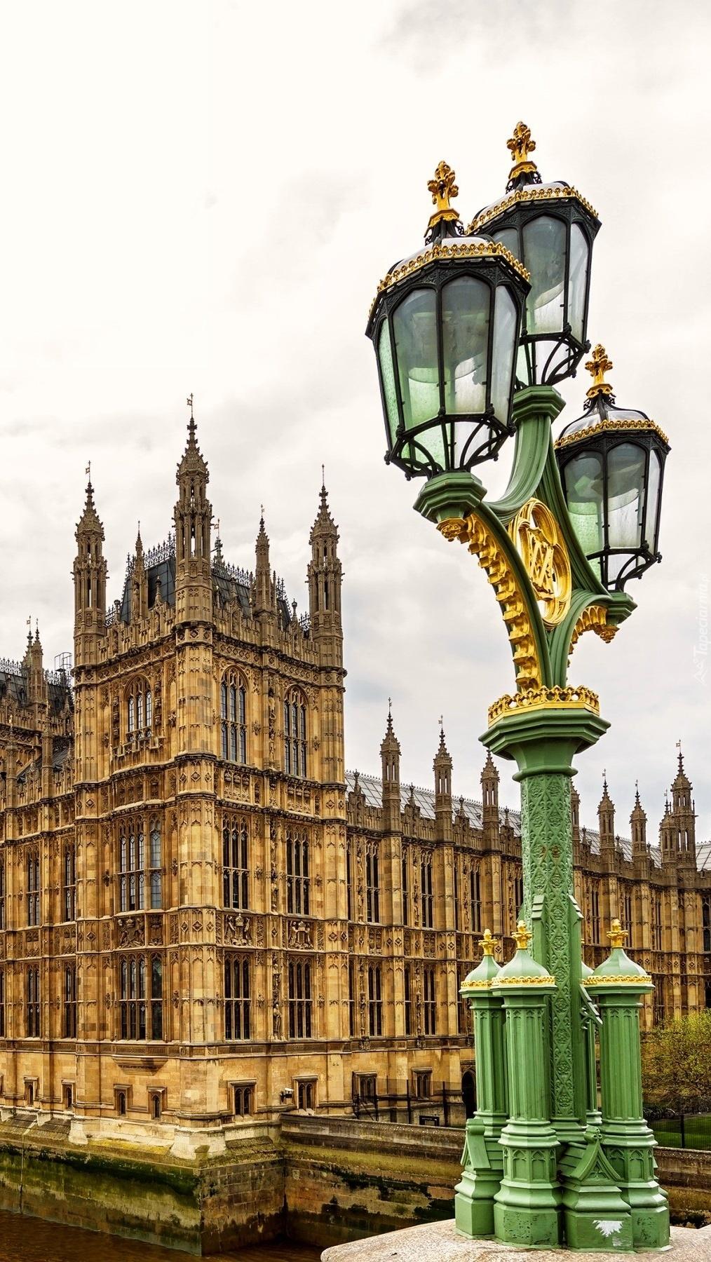 Latarnia na tle Pałacu Westminsterskiego w Londynie