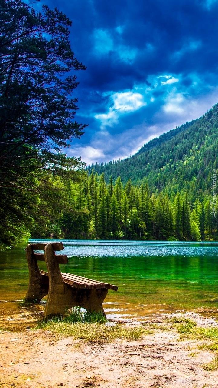Ławeczka nad jeziorem w górach