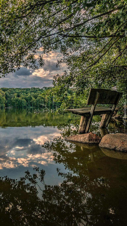 Ławka na kamieniach nad jeziorem