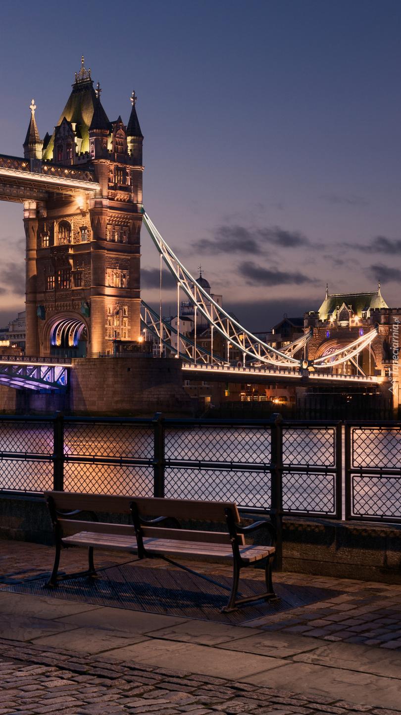 Ławka na tle mostu