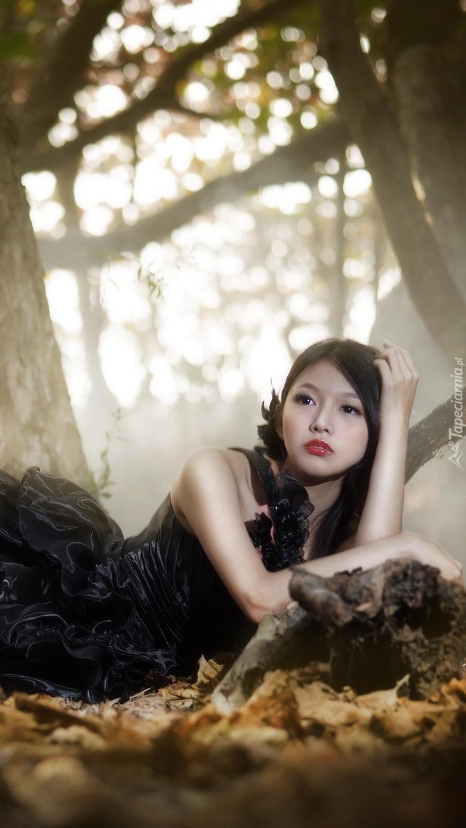 Leżąca kobieta w czarnej sukni
