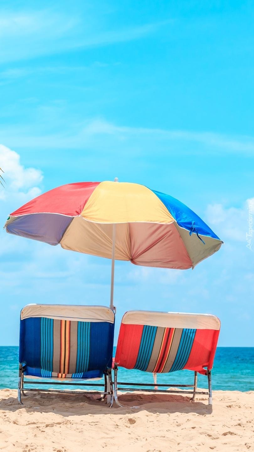 Leżaki pod parasolem na plaży