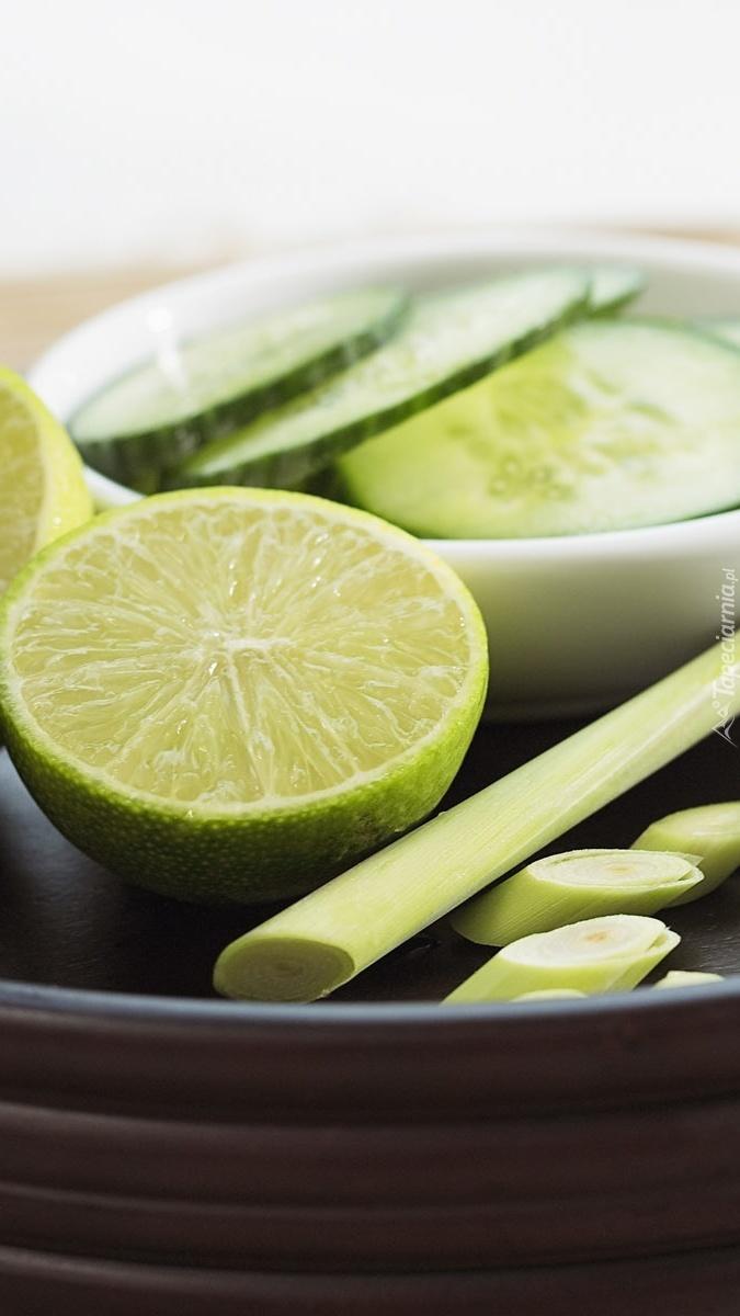 Limonka i ogórek na talerzu