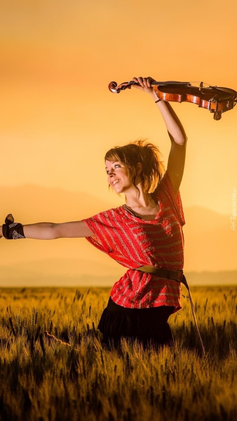 Lindsey Stirling ze skrzypcami na polu