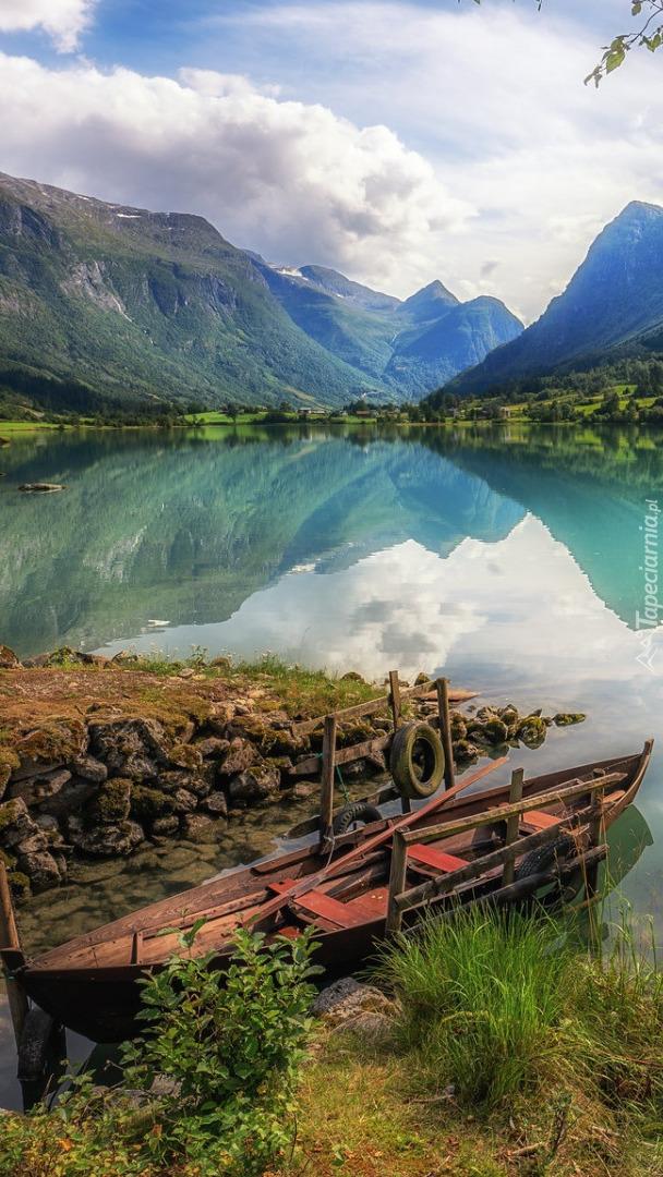 Łódka na brzegu fiordu Sognefjorden