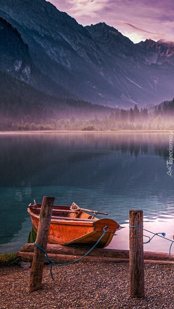 Łódka na brzegu jeziora Jagersee