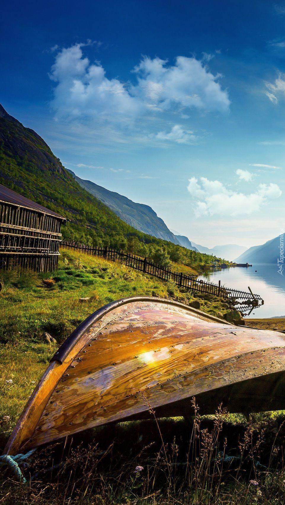 Łódka na brzegu norweskiego jeziora