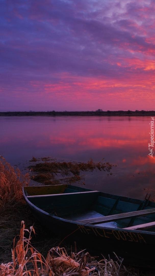 Łódka na brzegu rzeki