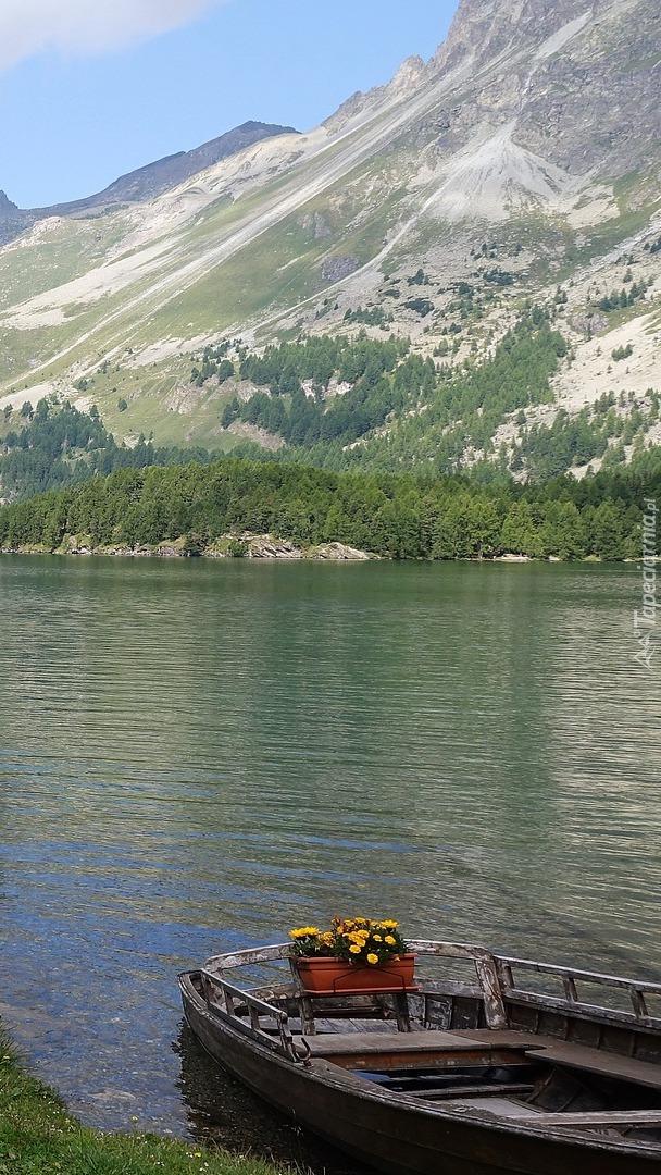 Łódka na górskim jeziorze