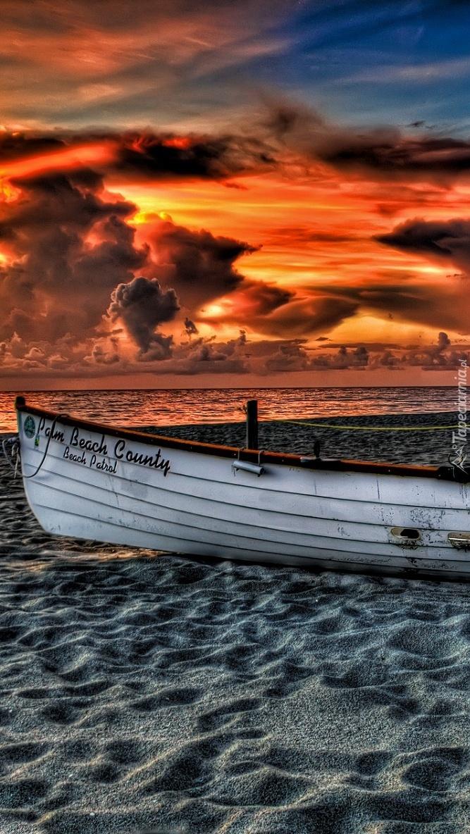 Łódka na morskiej plaży