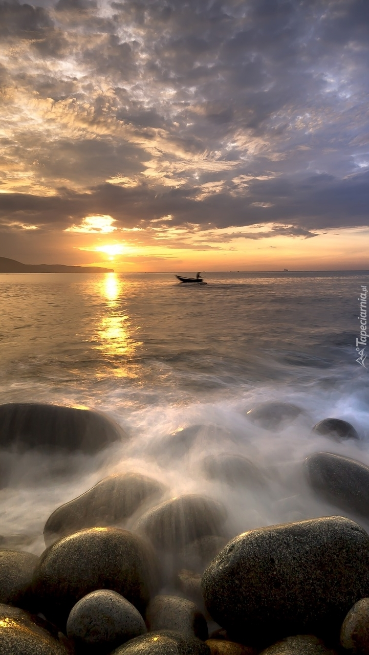 Łódka na morzu