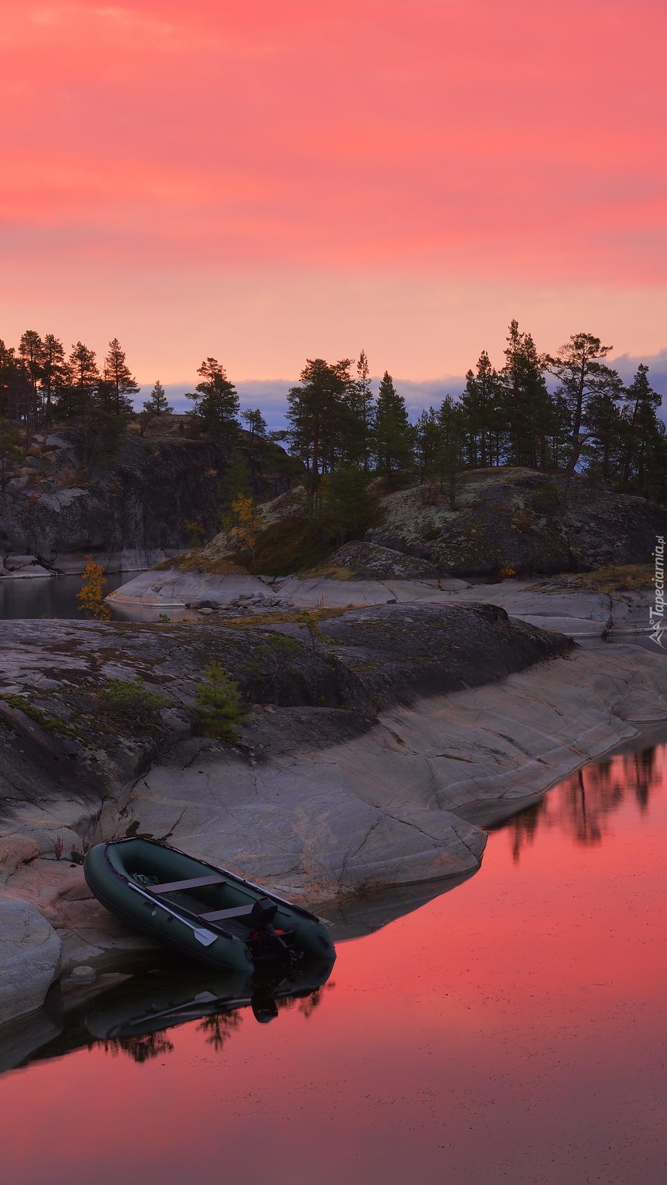 Łódka na skalnym brzegu jeziora