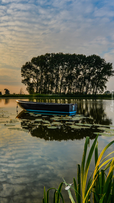 Łódka na środku jeziora
