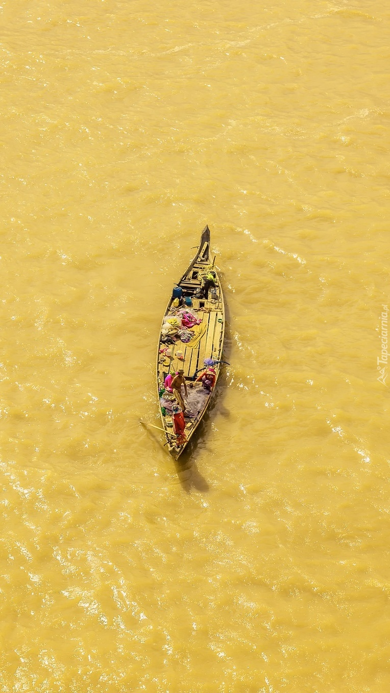 Łódka na żółtej wodzie