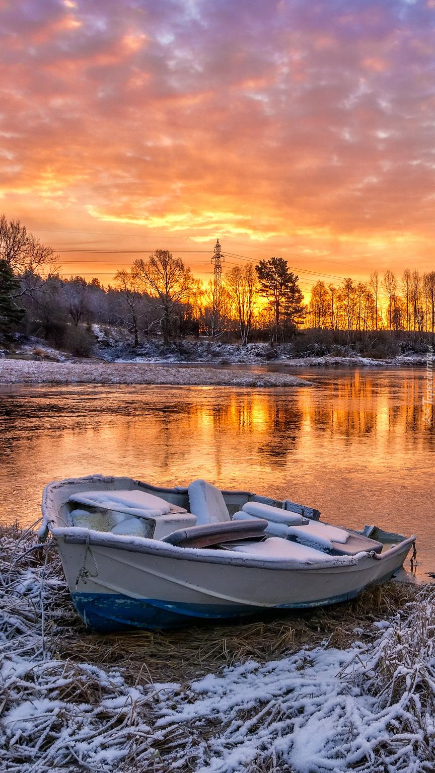 Łódka nad jeziorem zimą