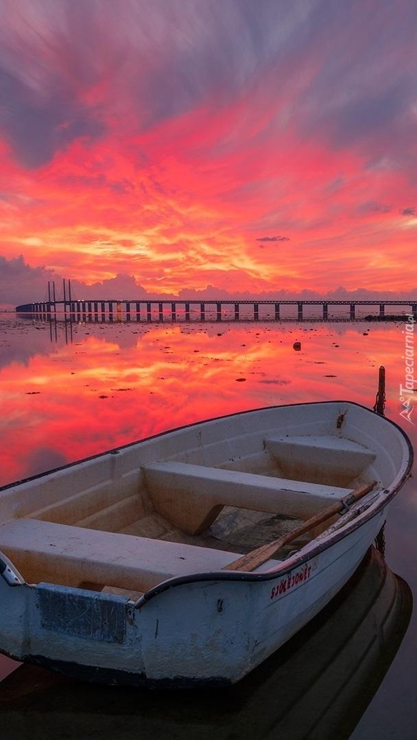 Łódka pod zaróżowionym niebem