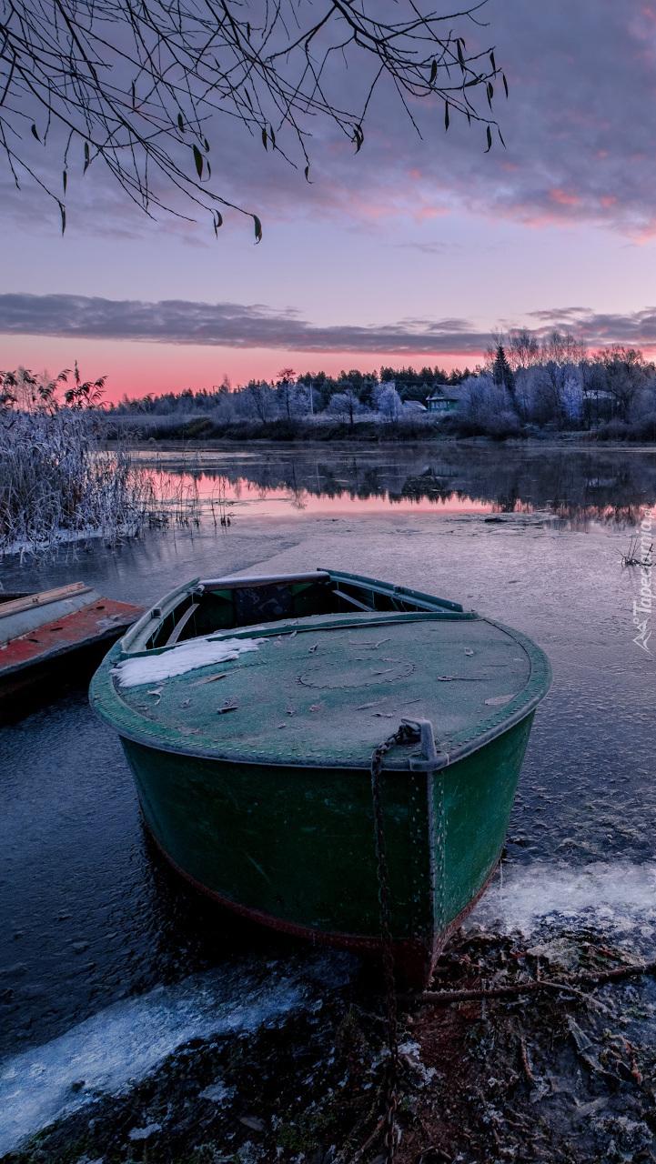Łódka przy oszronionym brzegu rzeki Dubna