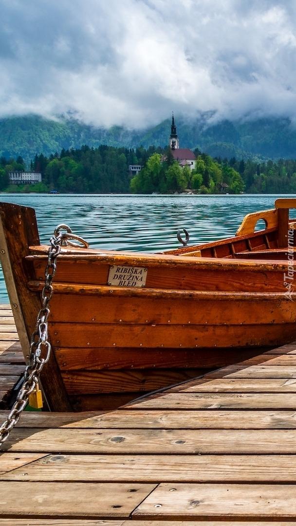 Łódka przy pomoście na jeziorze Bled