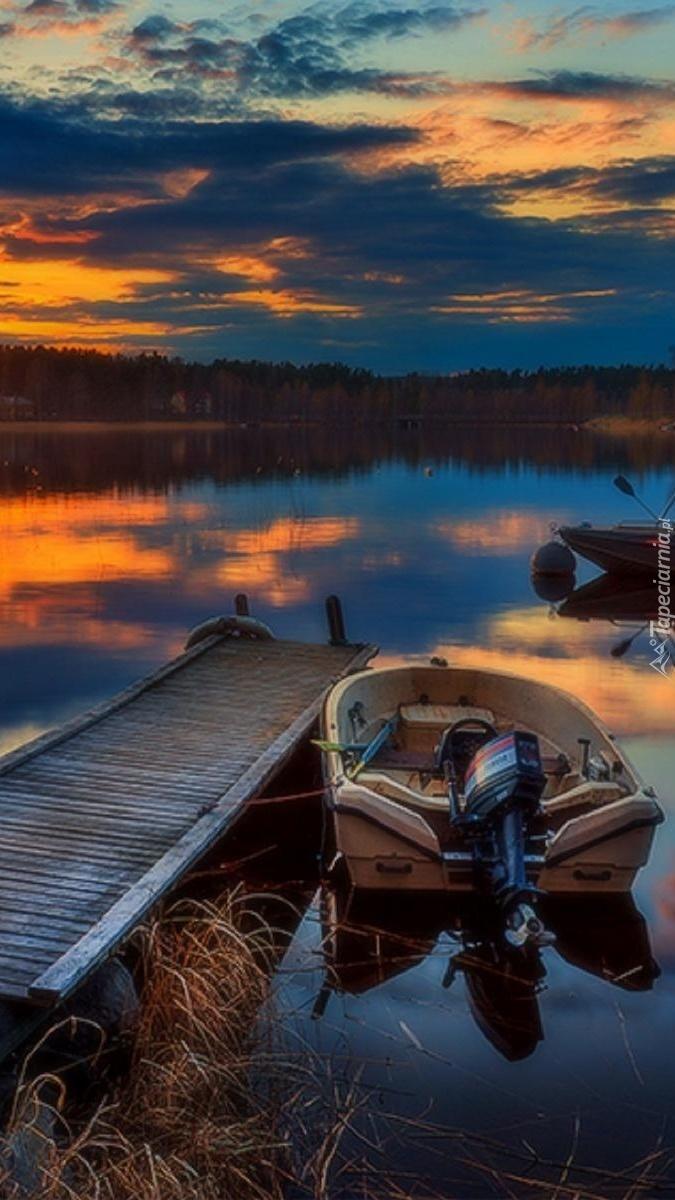 Łódka przy pomoście na jeziorze