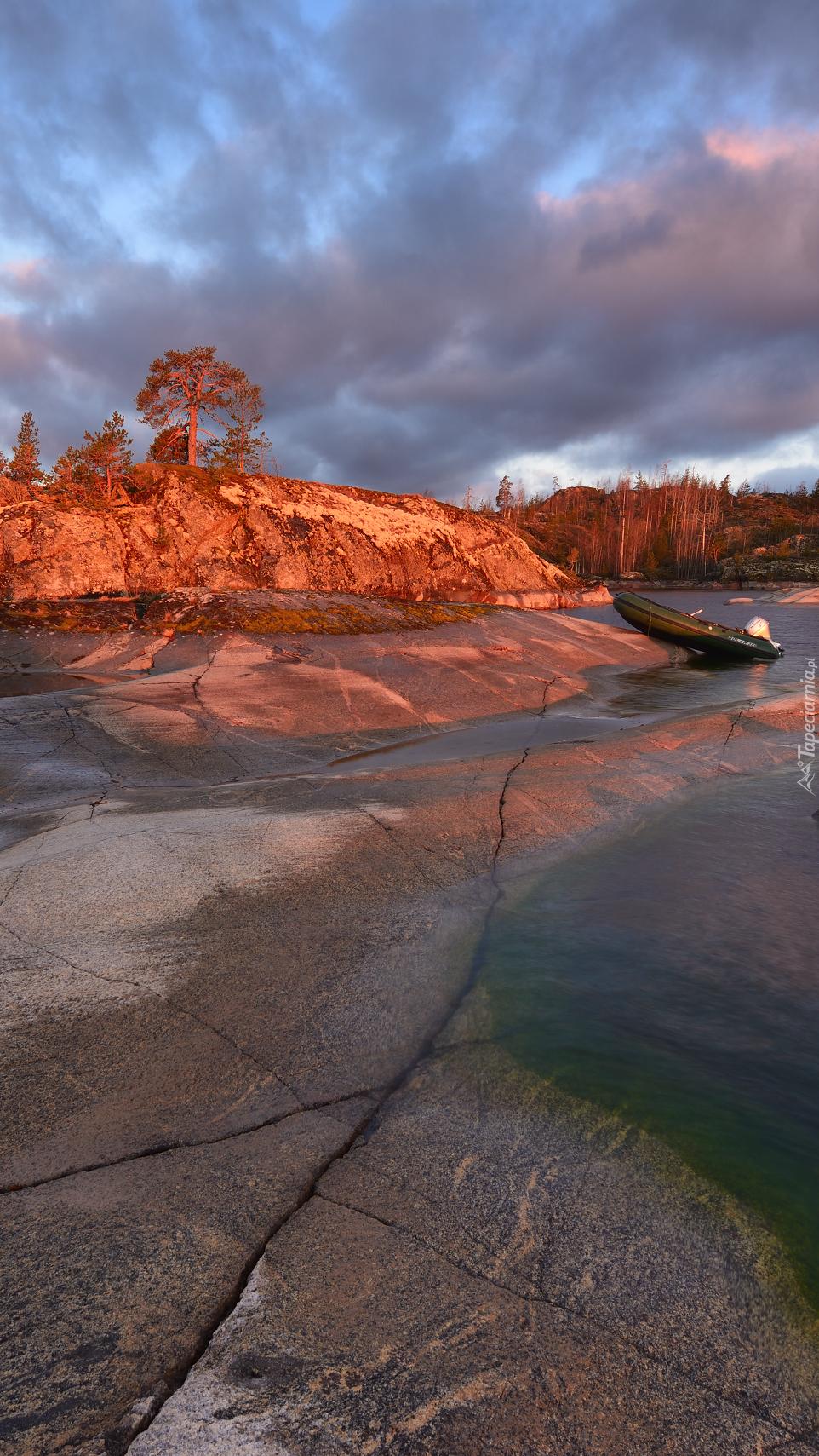 Łódka przy skale na jeziorze Ładoga