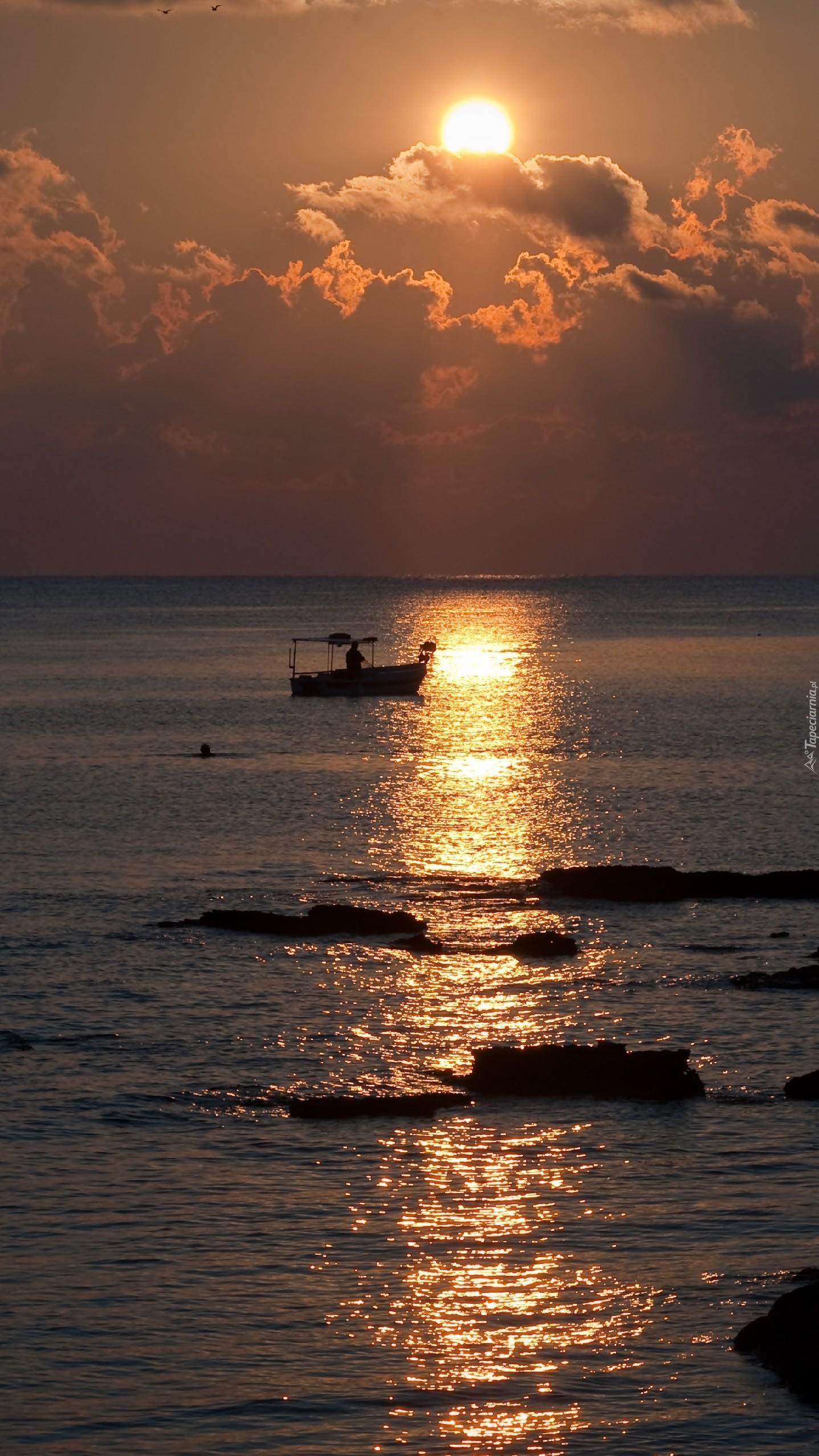 Łódka w blasku słońca