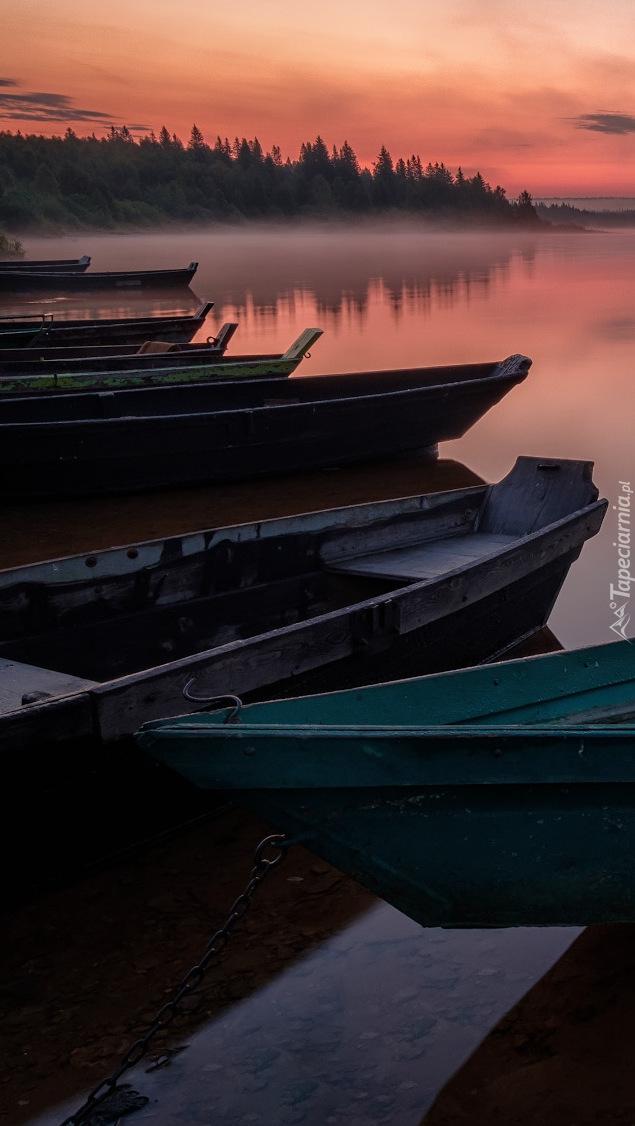 Łódki na brzegu jeziora Ziuratkul