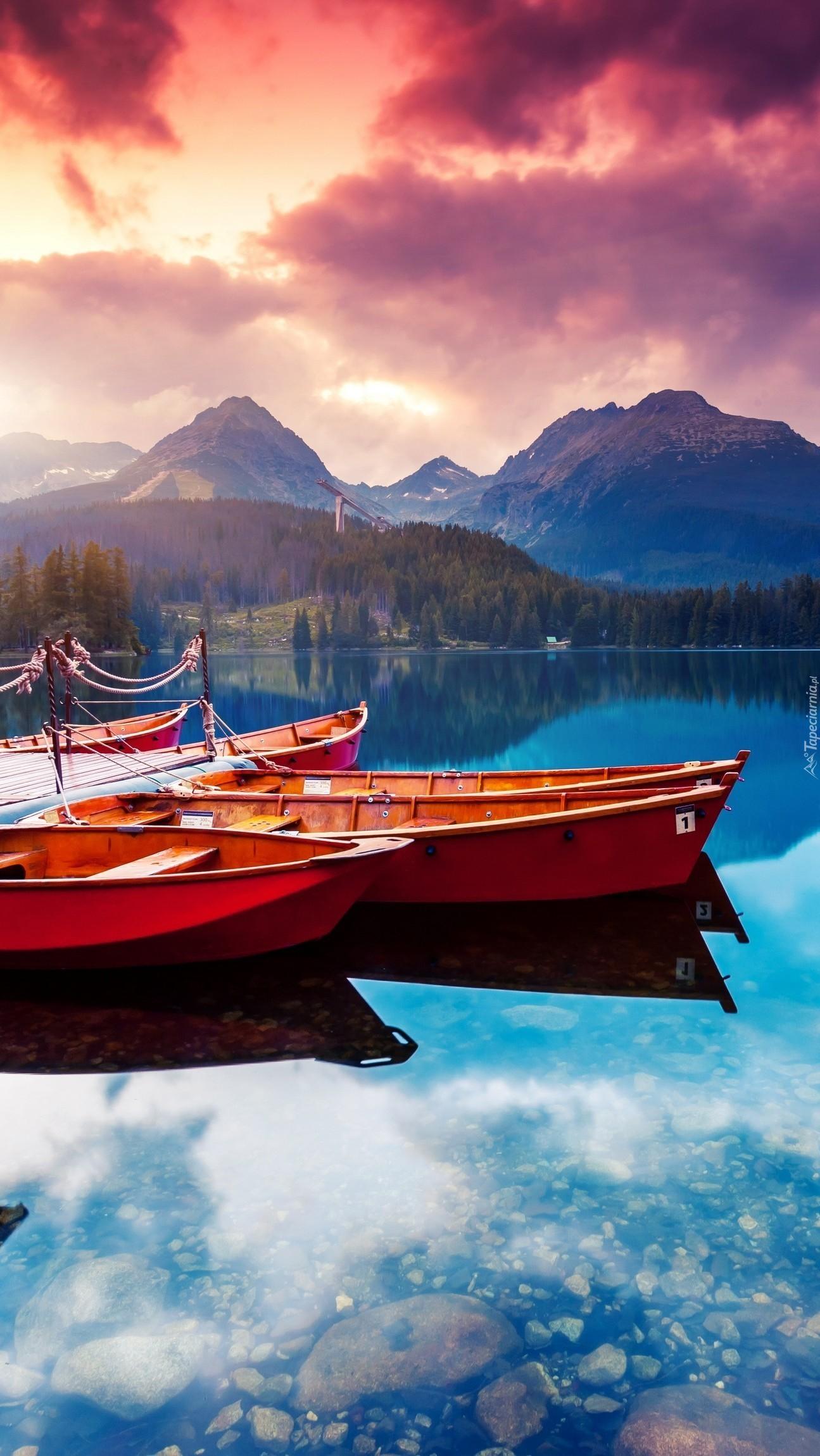 Łódki na brzegu jeziora