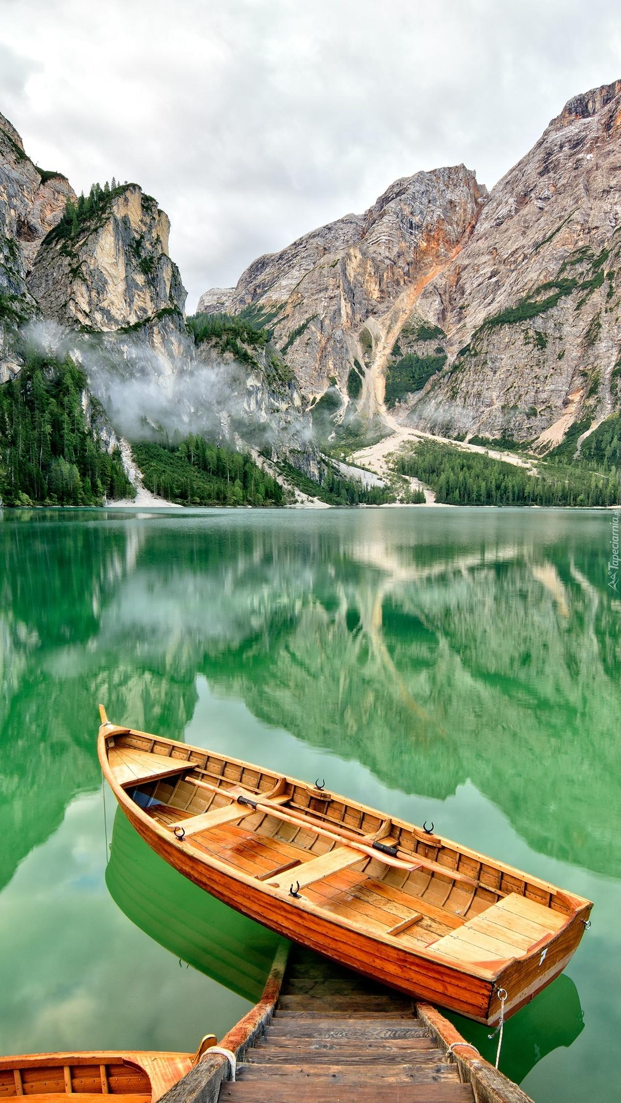 Łódki na jeziorze Pragser Wildsee