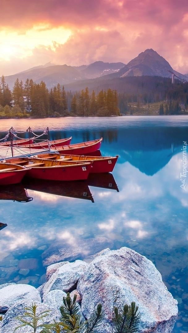 Łódki na jeziorze Szczyrbskim