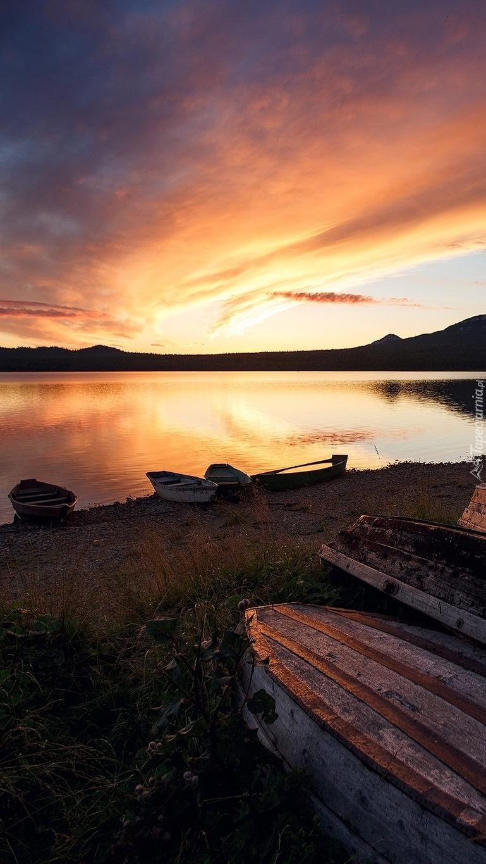 Łódki nad brzegiem jeziora Ziuratkul