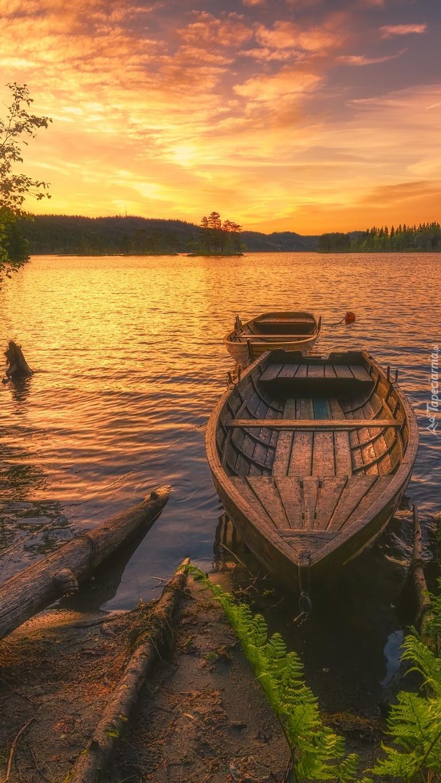 Łódki nad brzegiem  jeziora