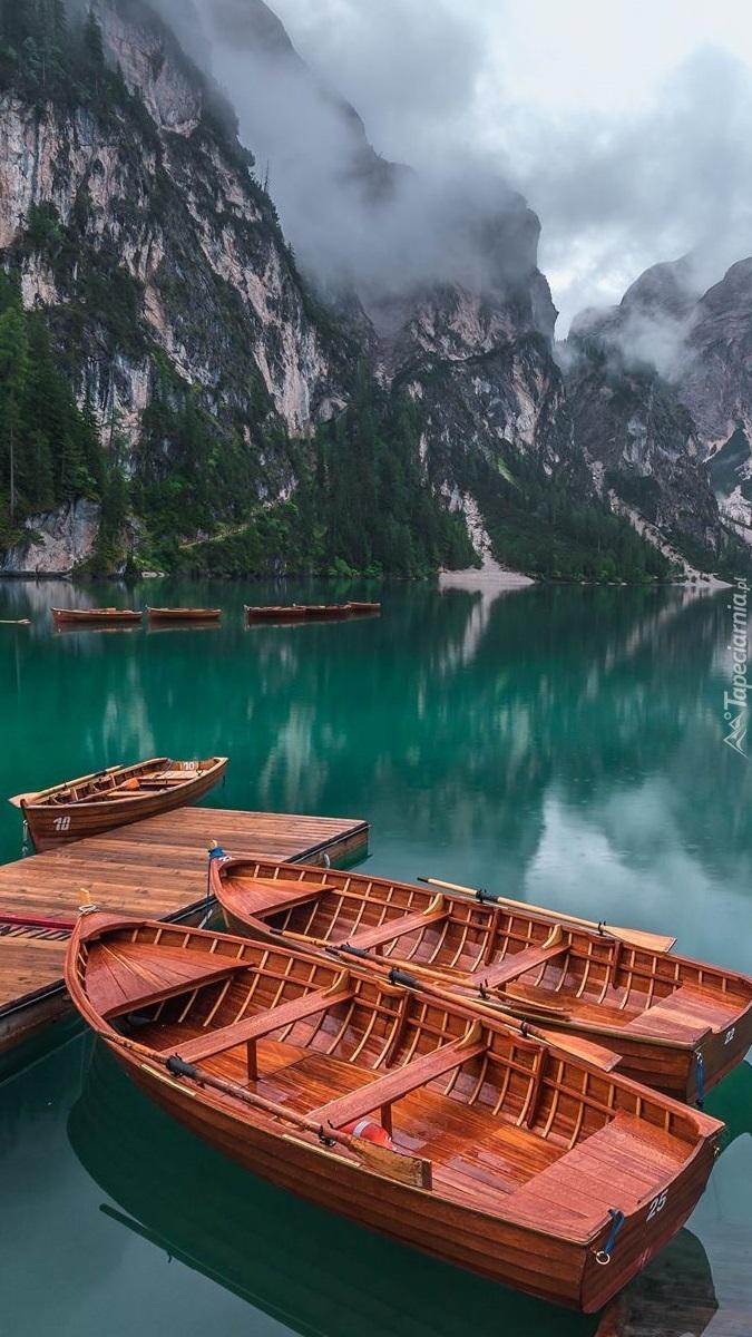 Łódki przy pomoście na jeziorze Pragser Wildsee