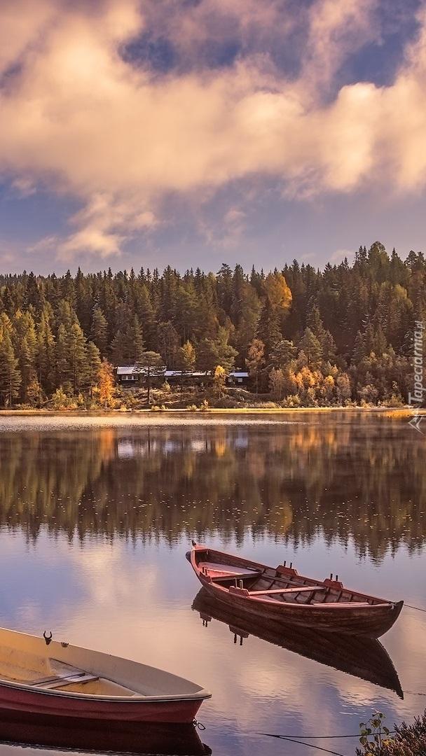 Łódki zacumowane na jeziorze