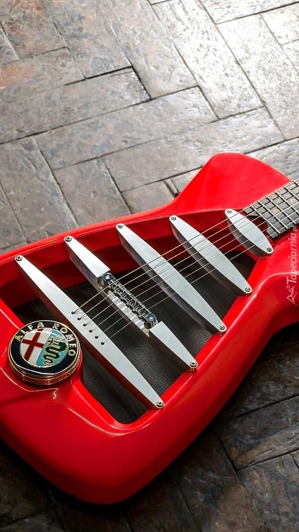 Logo Alfa Romeo na czerwonej gitarze