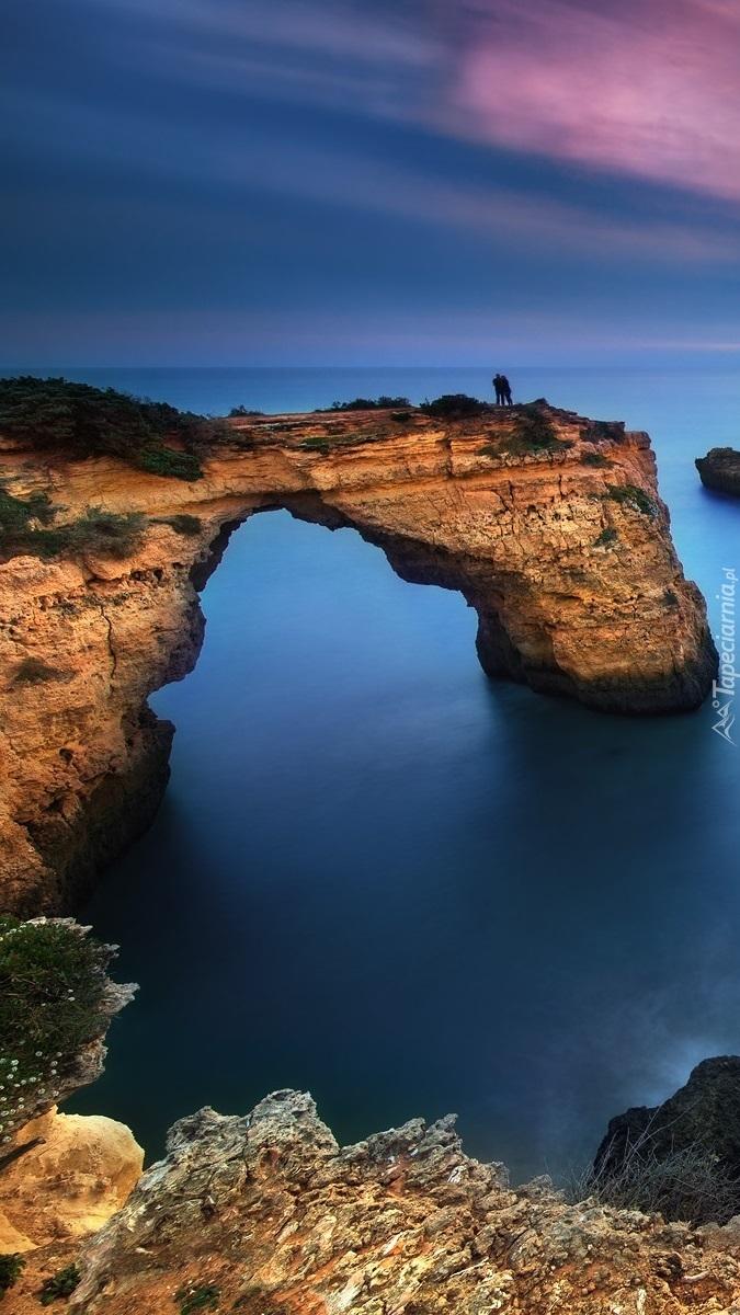 Łuk skalny na morzu