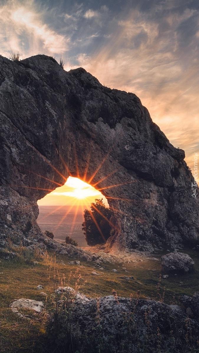 Łuk skalny w promieniach słońca