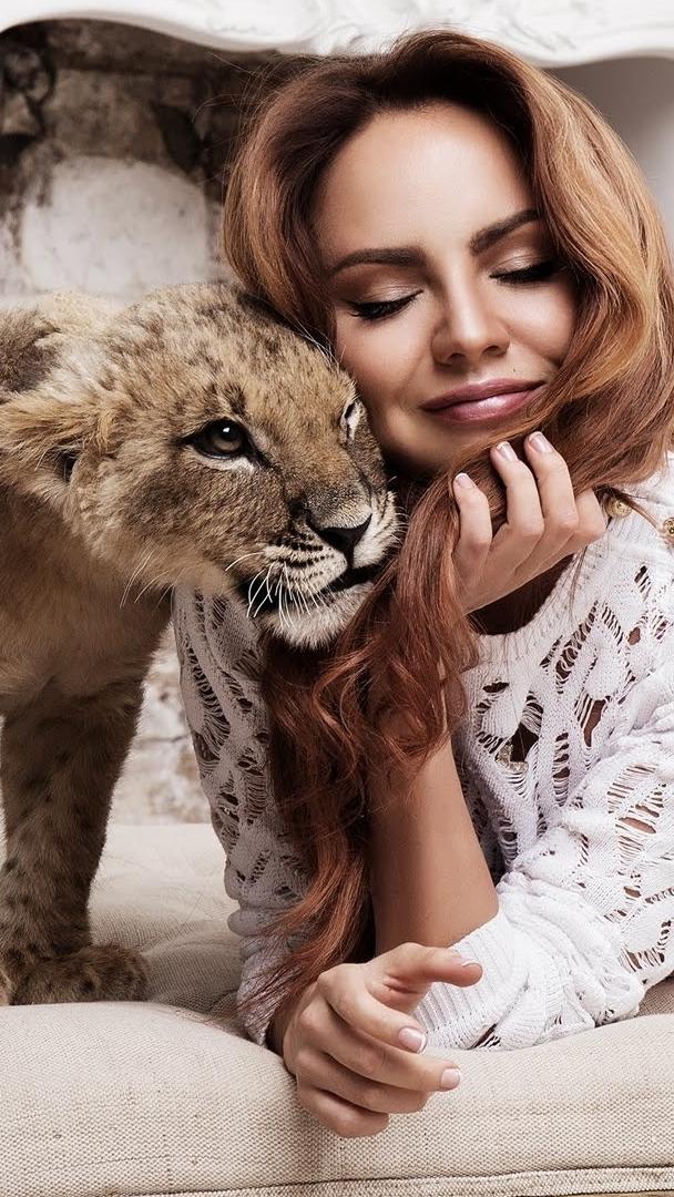 Lwiątko tulące się do kobiety