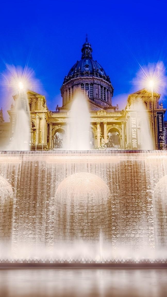 Magiczna fontanna przed Pałacem Narodowym w Katalonii