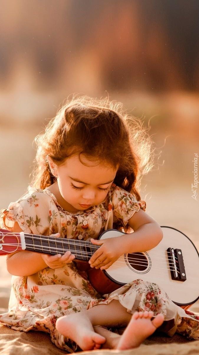 Mała dziewczynka z gitarą